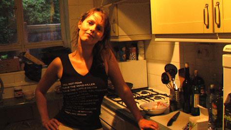 Terese i køkkenet - ja, der står 'mind-killer' midt på barmen. En utilsigtet poesi om en af verdens velkendte banaliteter. ;-)